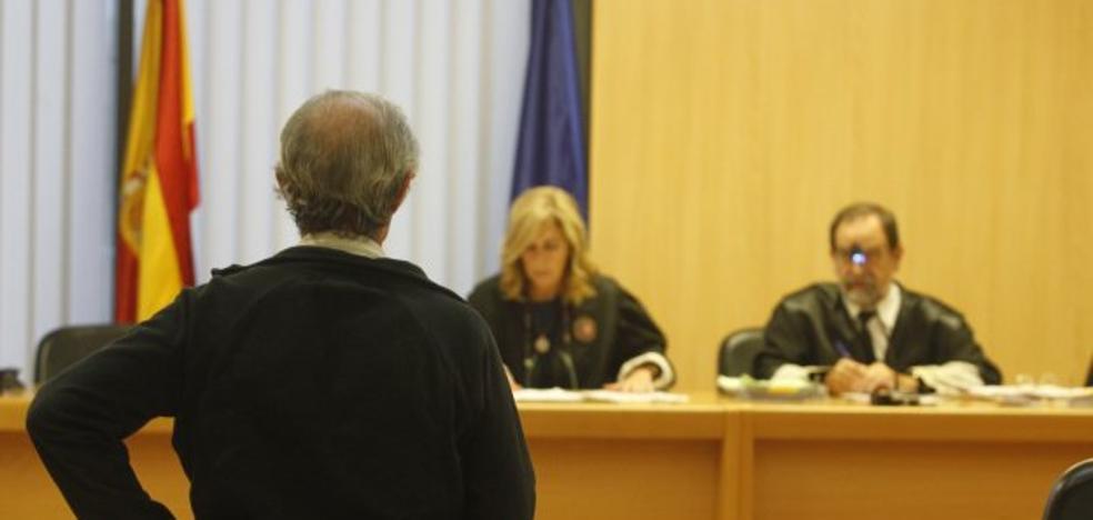 «No fui yo, no estaba allí», dice el acusado de quemar la puerta de su exjefe