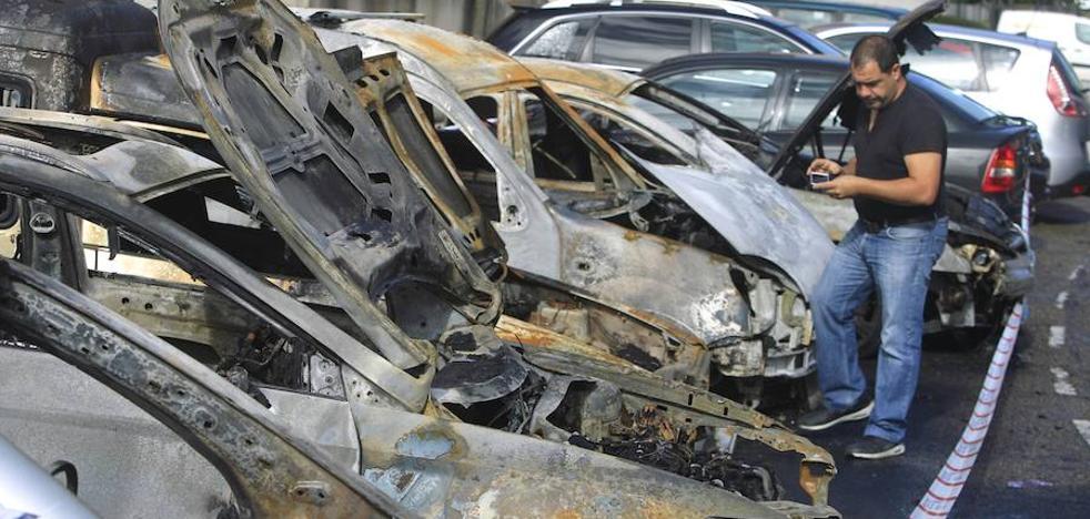 Arden seis coches de madrugada en Oviedo