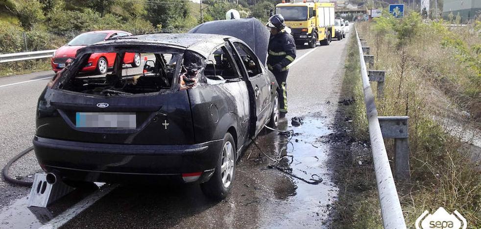 Arde un coche en el corredor del Nalón