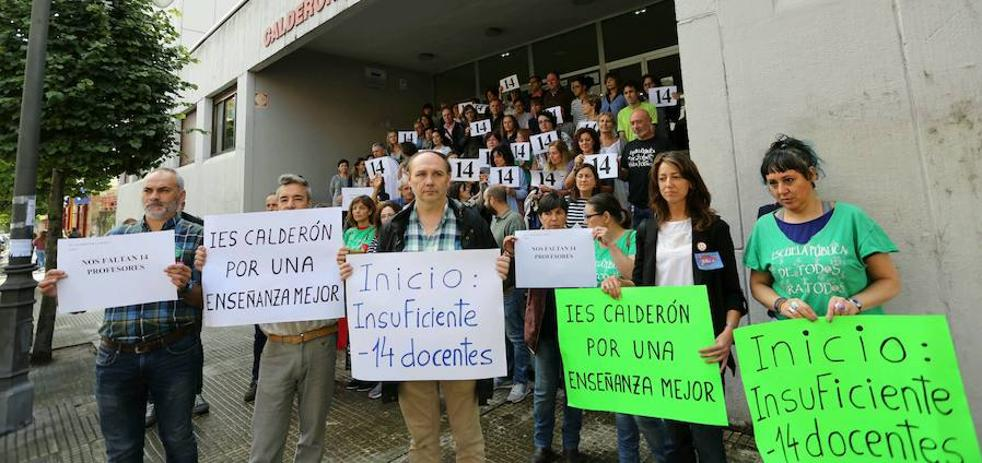 Docentes y padres del IES Calderón de la Barca protestan por la falta de 14 profesores