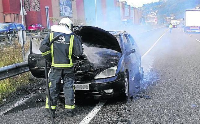 Arde un coche en el corredor