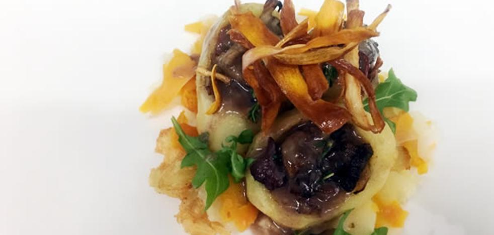 Patatines rellenos de ternera asturiana glaseada con setas y raices asadas
