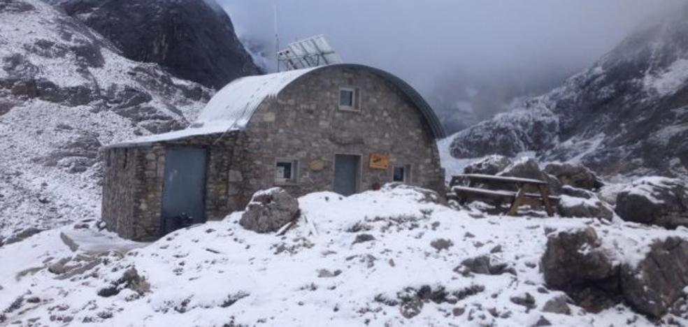 El verano se despide con nieve en la cumbre de los Picos