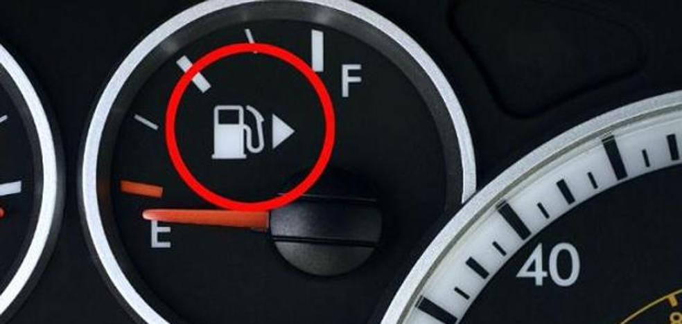¿Para qué sirve la flecha que hay junto al dibujo del surtidor de la gasolina de tu coche?