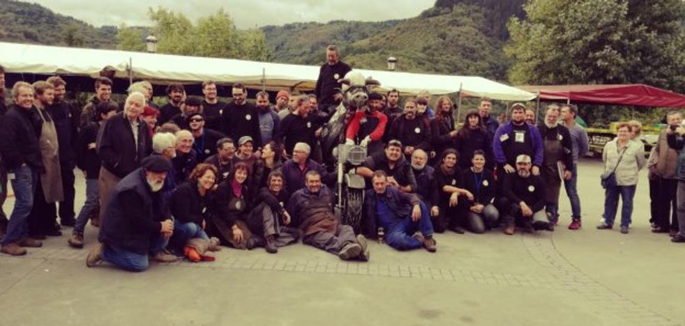 Los ferreiros de Santa Eulalia de Oscos lucen su 'Vaca Motera'
