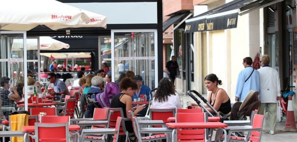 El Ayuntamiento de Oviedo retira ocho bancos para instalar dos terrazas en La Tenderina