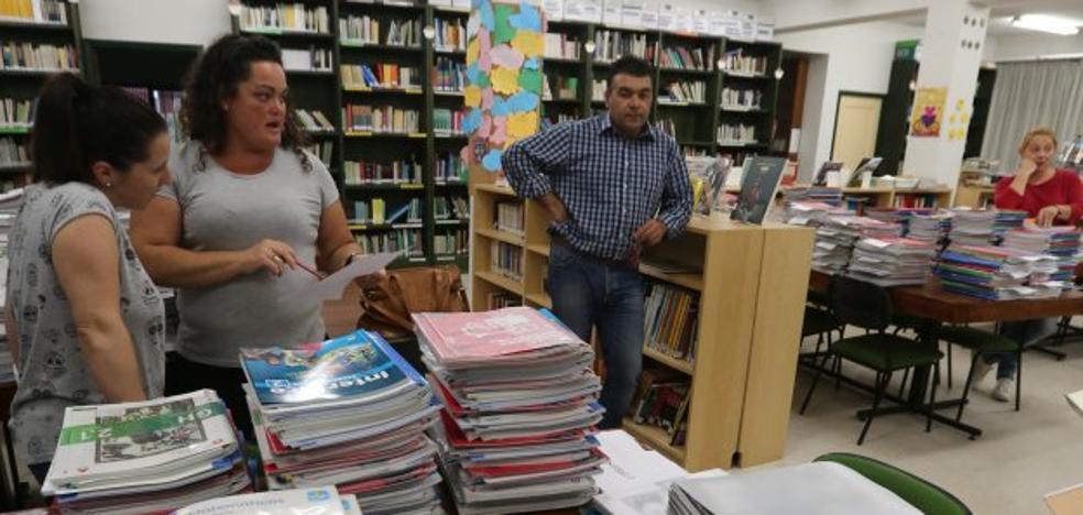 La Magdalena une sus dos bancos de libros