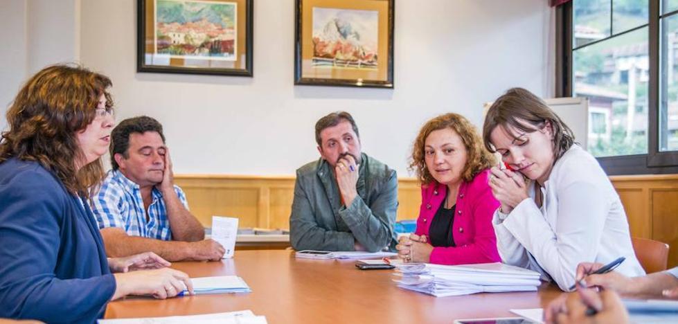 Dimiten dos de los tres ediles del PSOE en el gobierno de Ponga