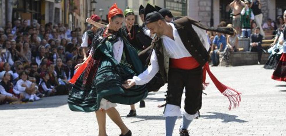 Asturias protege los trajes tradicionales de Llanes