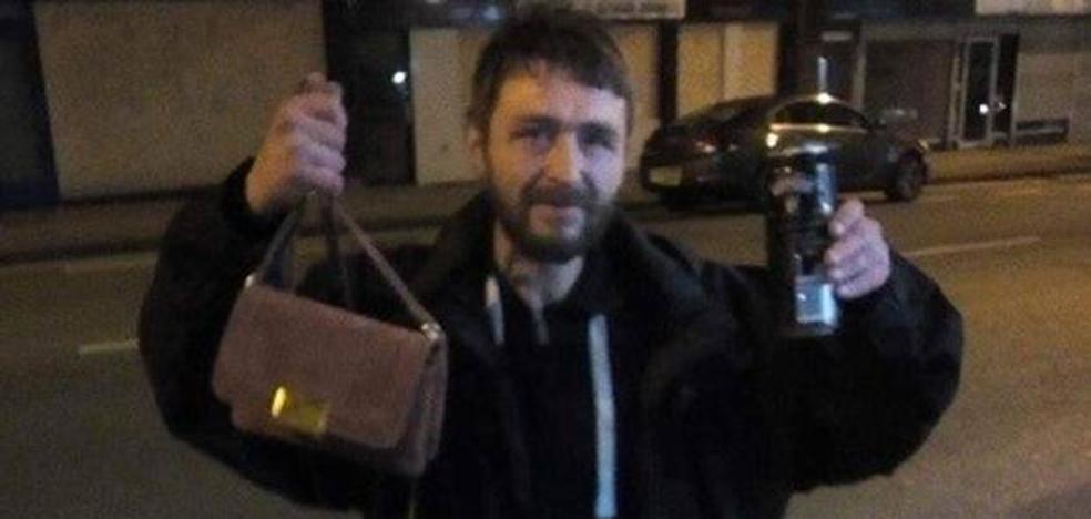 Un mendigo se encuentra un bolso con dinero y un iPhone y se pasa dos días buscando a su dueña
