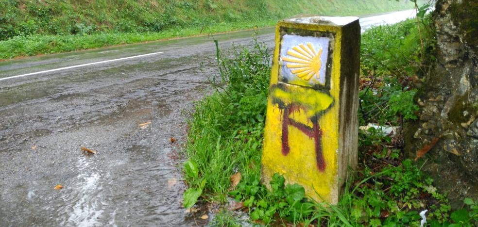 Aparecen pintadas en el Camino de Santiago en Canero que «confunden» al peregrino