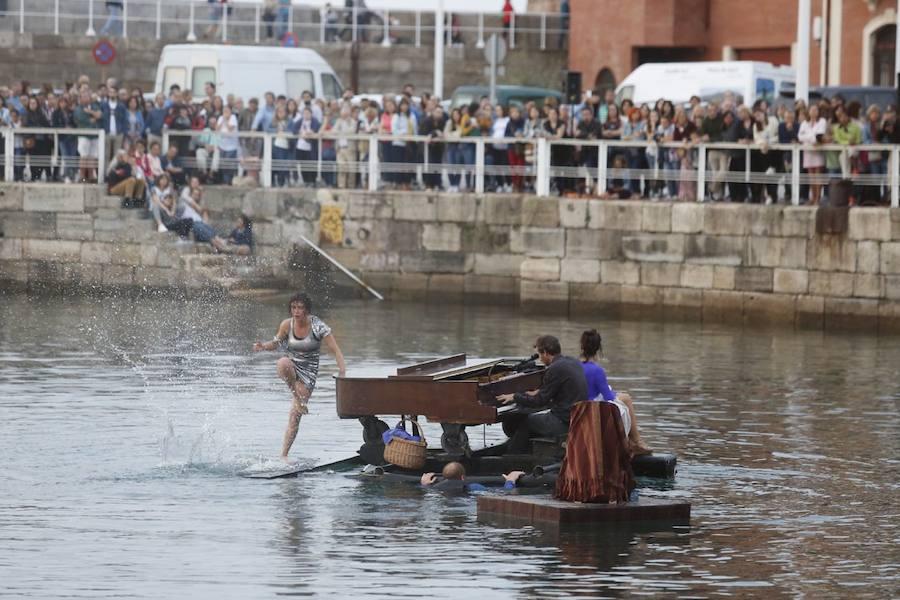 Un piano flotante en el Puerto Deportivo de Gijón