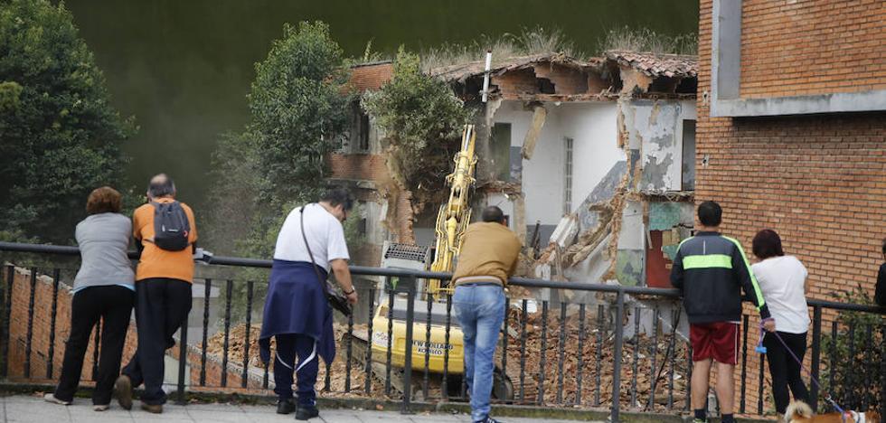 Comienza el derribo del antiguo cuartel de Langreo