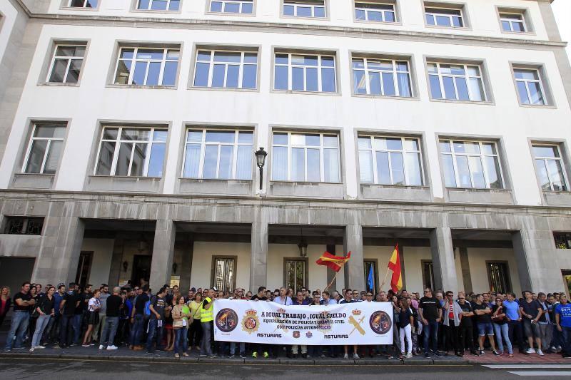 Protesta de policías y guardias civiles en Oviedo