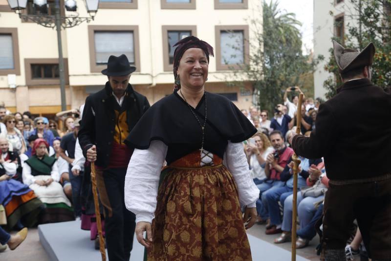 Desfile de trajes tradicionales en Grado
