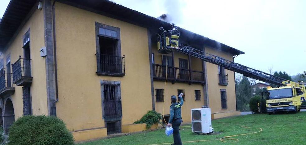 Extinguido el incendio en el Palacio de Lieres