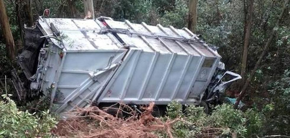 Dos heridos graves al salirse de la vía un camión de basura en Vegadeo