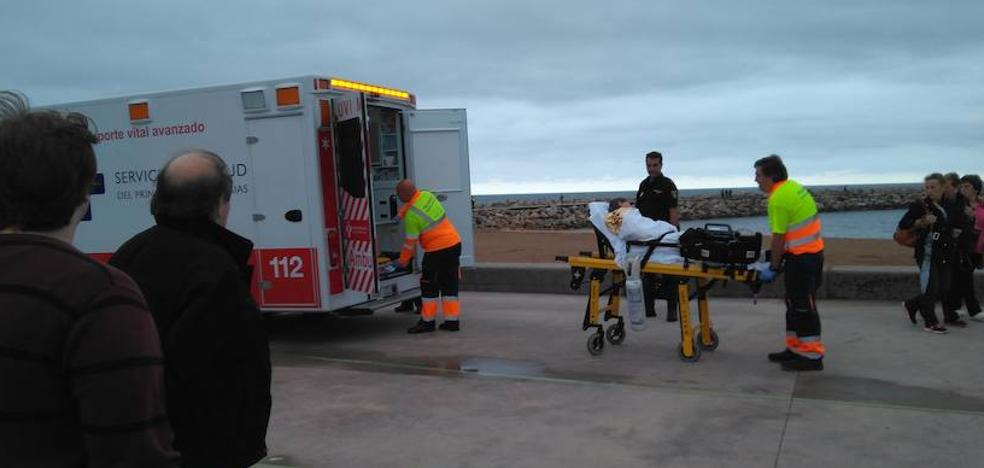 Rescatan a un hombre que quedó atrapado en el espigón de Poniente en Gijón