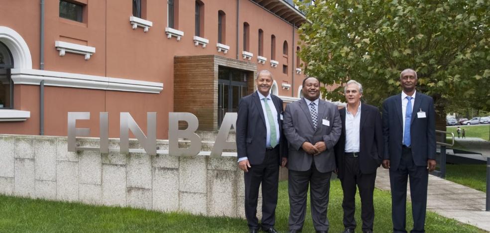 Una delegación de Sudán conoce el HUCA y la investigación asturiana