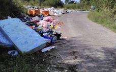 Los vertederos ilegales contaminan montes y playas del paisaje gozoniego