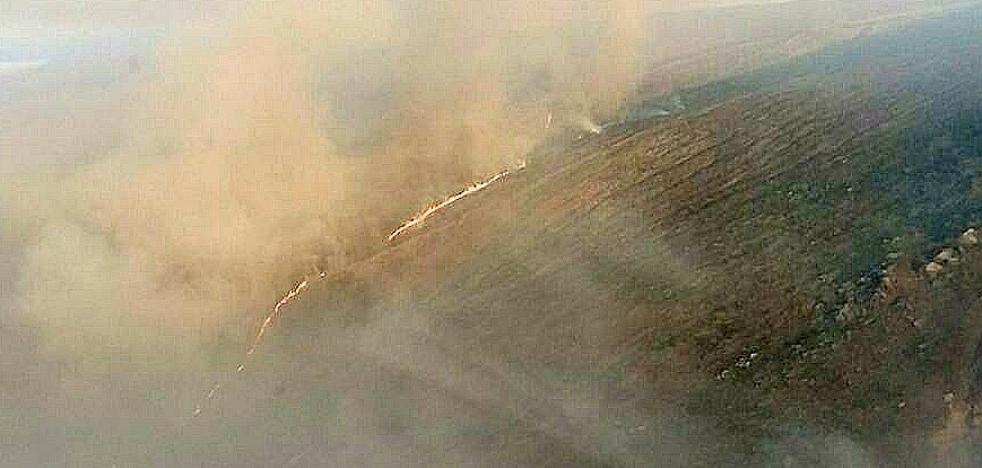 Un incendio forestal permanece activo desde ayer en Ibias
