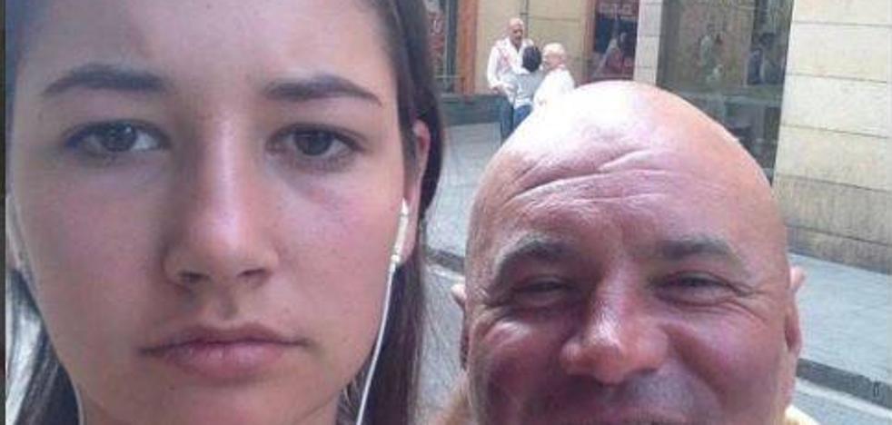 La mujer que se hace 'selfies' con los hombres que la acosan