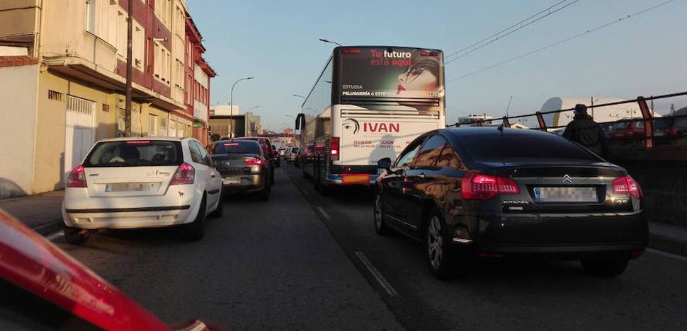 La caída de la carga de un camión atasca el acceso a Avilés por El Muelle