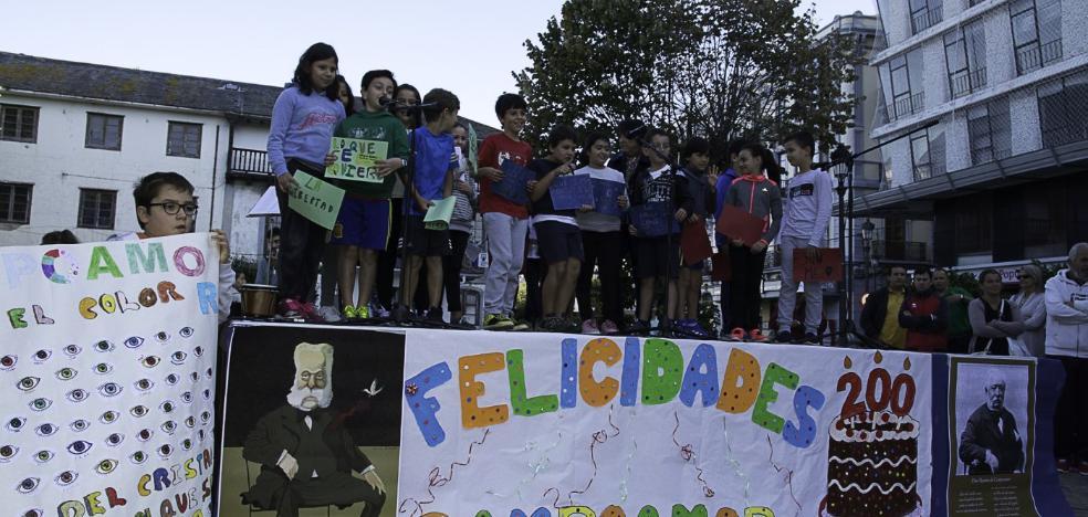 Escolares de Navia felicitan a Campoamor
