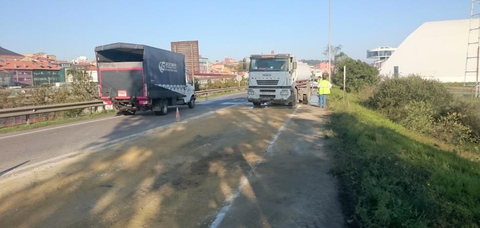Un camión pierde su carga en la arteria del puerto y colapsa los principales accesos a Avilés