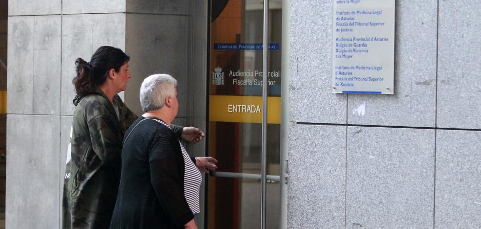 La acusada de estafar a un anciano en Turón alega que «él me dio el dinero»