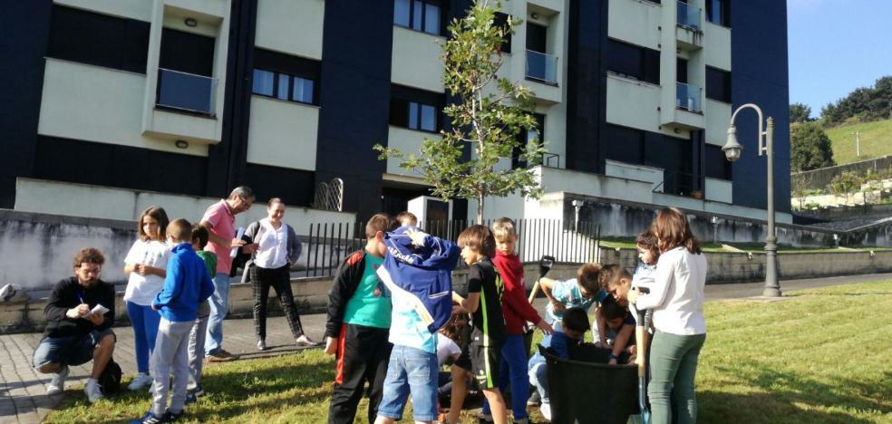 Los alumnos del San Félix plantan un árbol por el Día de la Niña