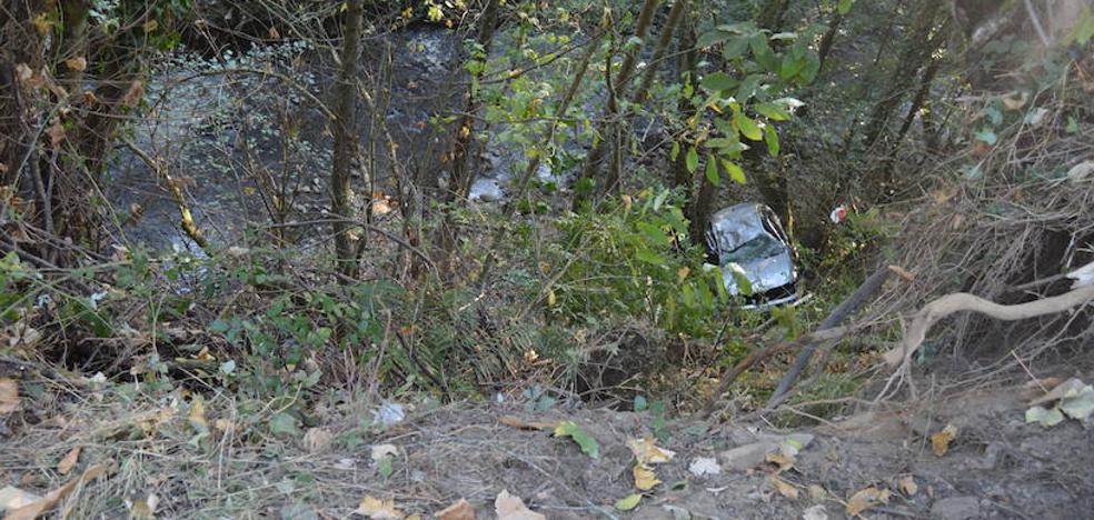Un hombre de 38 años fallece al caer con su coche por un desnivel de quince metros en Cangas del Narcea