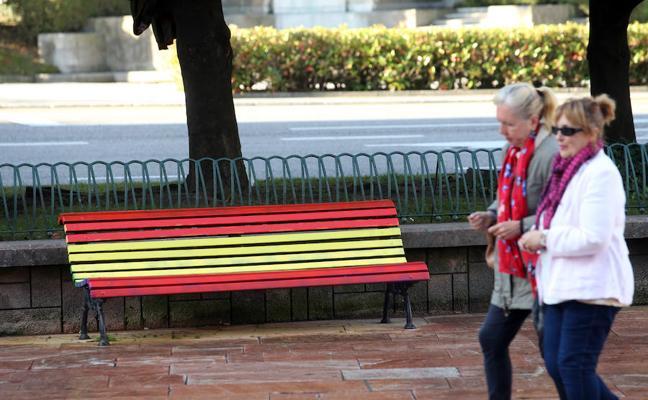 Los bancos arcoíris de Oviedo aparecen pintados de rojigualda