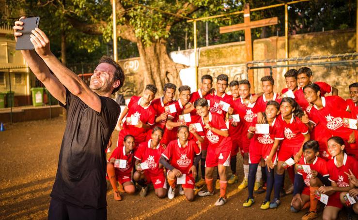 Las fotografías que el futbolísta asturiano Juan Mata se trajo de la India y le llevaron a impulsar el movimiento Common Goal