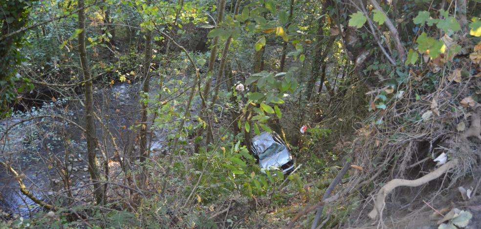 Muere al caer con su coche por un talud de 15 metros en la AS-15, en Cangas del Narcea
