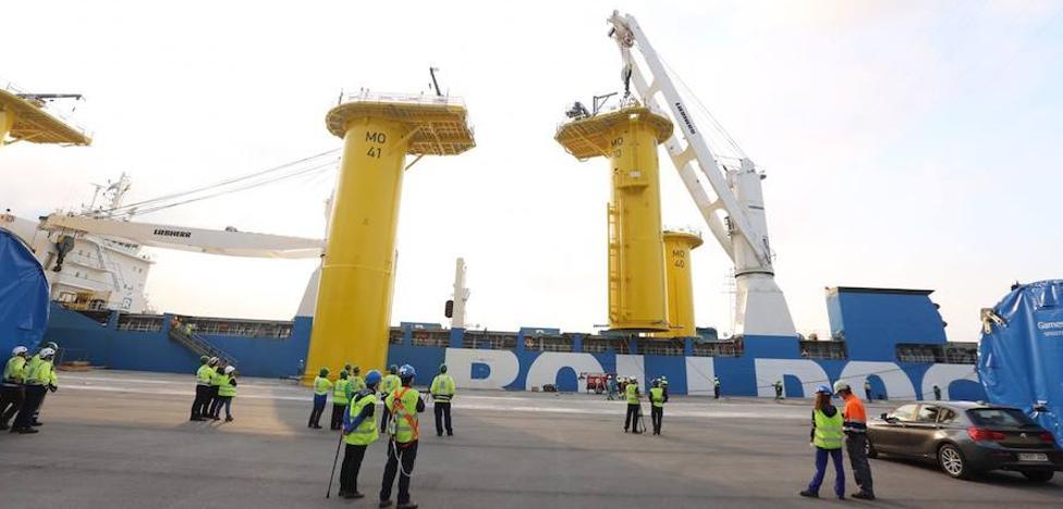 Espectacular embarque de piezas en Avilés para el eólico marino de Merkur