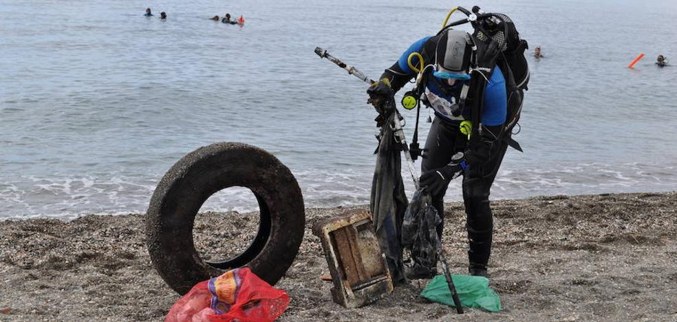 Buceadores de León retirarán basura del fondo del mar en Llanes
