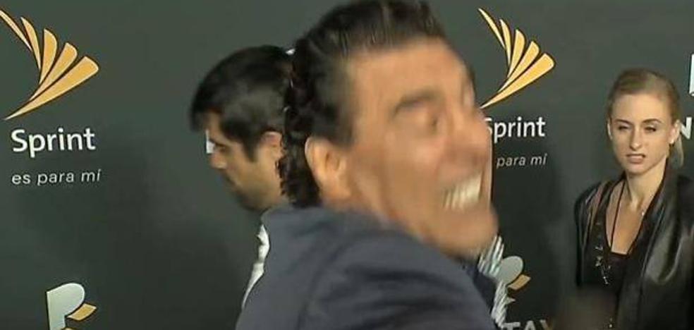 El bestial bofetón de un actor a un reportero en directo