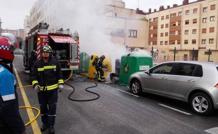 Arden dos contenedores en Nuevo Gijón