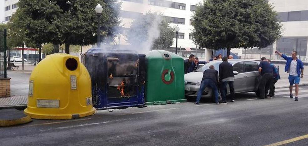 Arden dos contenedores de reciclaje en Nuevo Gijón