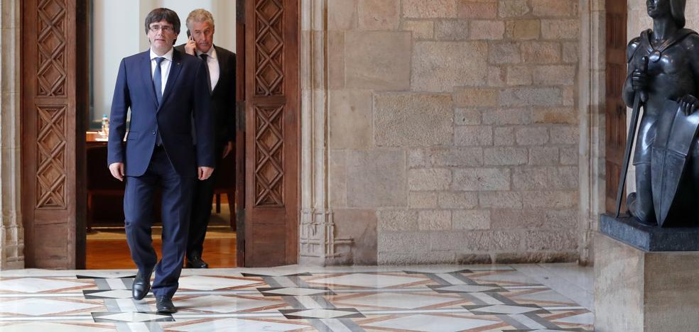 Puigdemont mantiene reuniones en la Generalitat para abordar la respuesta a Rajoy