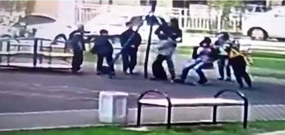 Un padre golpea a un grupo de niños porque creía que hacían 'bullying' a su hijo