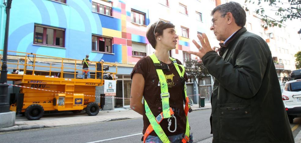 Anna Taratiel concluye el mural de la centralilla de Ciudad Naranco
