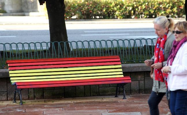 Los bancos de La Escandalera se pintan de nuevo con la bandera arcoíris