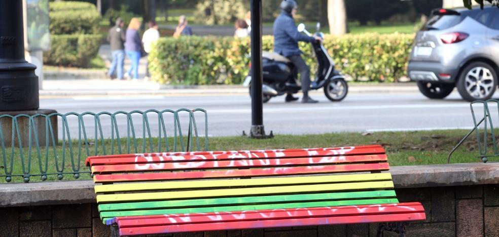 Los bancos de Oviedo, ni arcoíris ni rojigualda