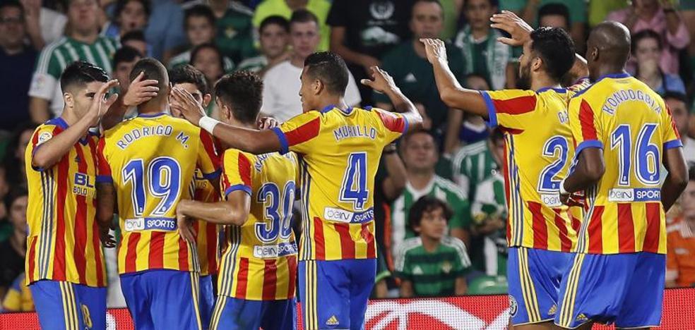 El Valencia, segundo en la Liga tras un final de partido loco
