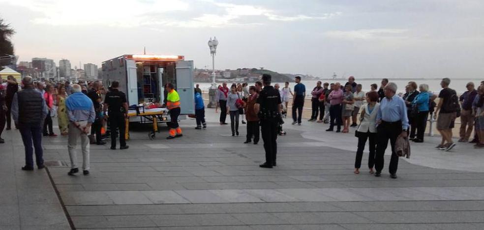 Trasladan a Cabueñes a un hombre que sufrió una indisposición en el Muro de San Lorenzo, en Gijón