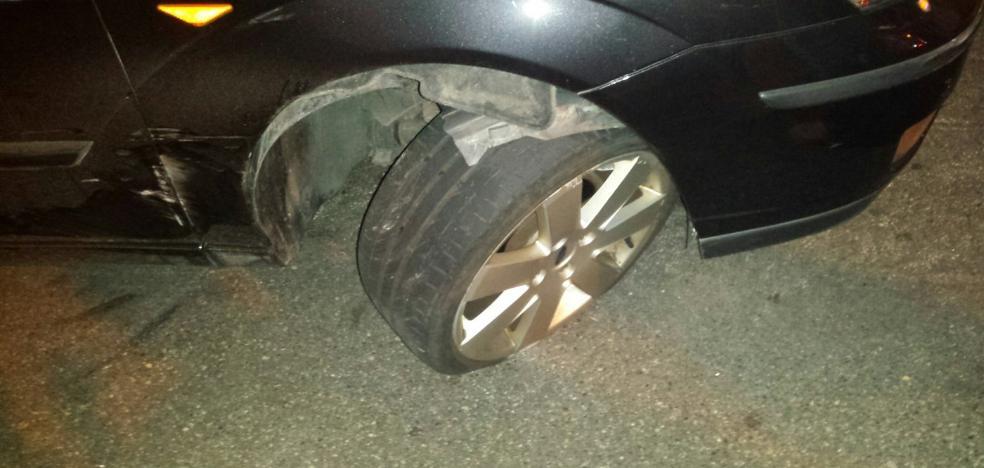 Un camión provoca daños a tres coches aparcados en Saavedra