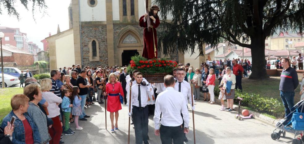 Pola de Laviana se vuelca con la procesión del Jesús Nazareno