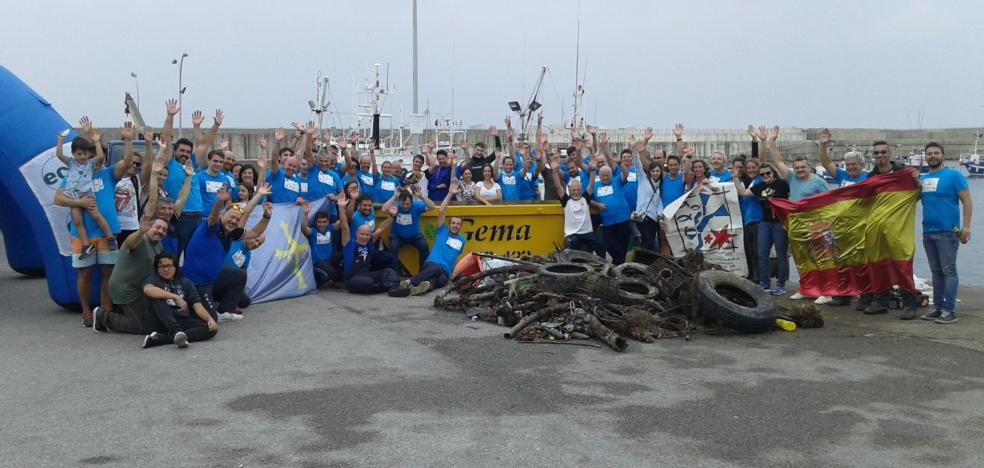 80 voluntarios sacan 1.200 kilos de basura del puerto de Cudillero